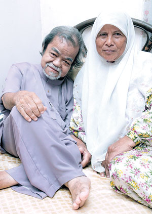 Gambar kenangan Allahyarham bersama isteri semasa terlantar sakit